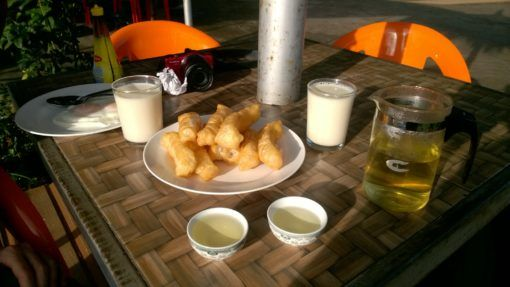 Donuts, soy bean milk and oolong tea - breakfast in Mae Salong